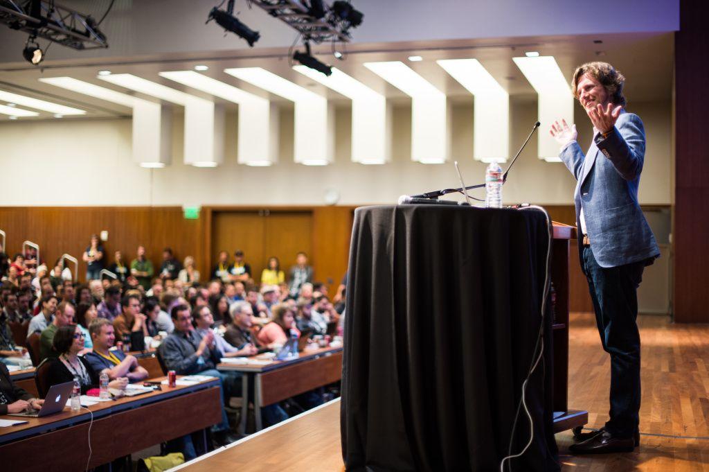 Мэтт Мулленвег с результатами опроса на WordCamp SF